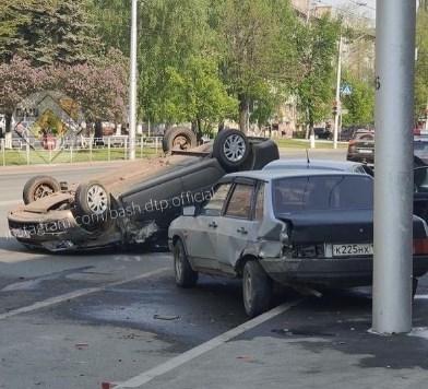 «Потерял сознание за рулем»: в Уфе водитель на «Ладе» протаранил припаркованные автомобили