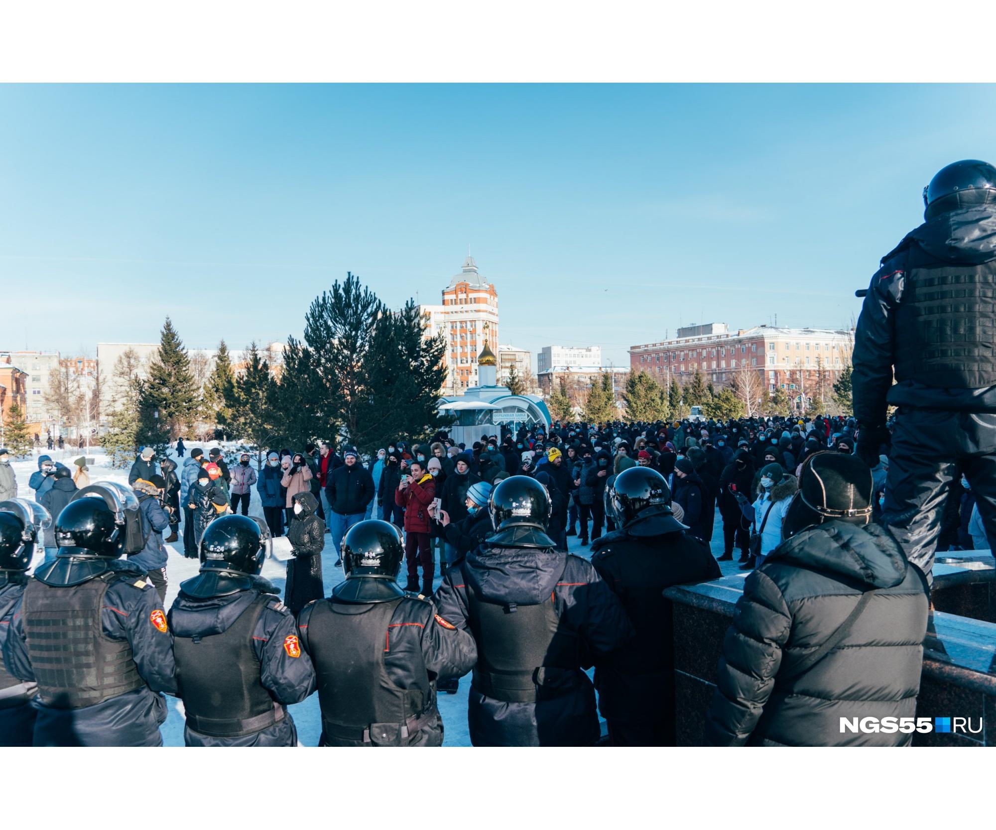 На Соборной площади протестующие выкрикивали лозунги, а полицейские ждали команды