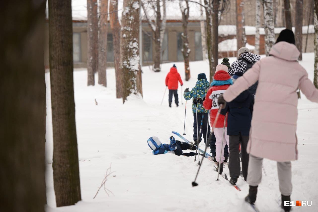 А кто-то только впервые вставал на лыжи (правда, потом падал)