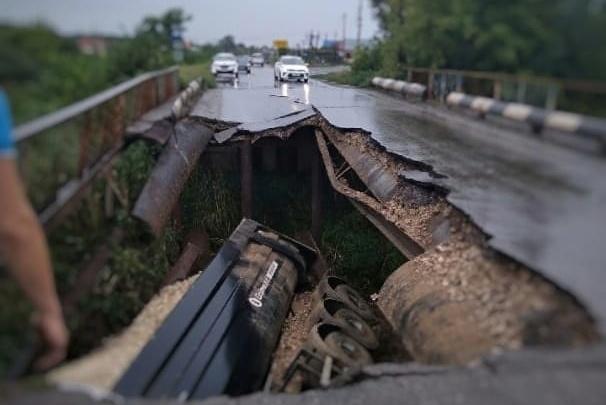 Перегруженный щебнем грузовик из Краснодарского края обрушил автомобильный мост под Волгоградом