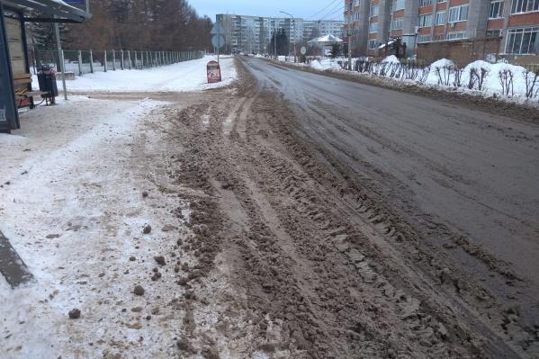 Несколько дней горожане наблюдали грязь на дорогах