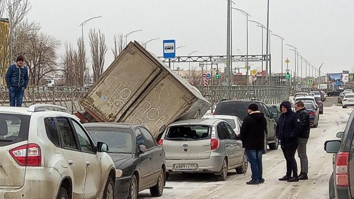 В Волгограде грузовая «Газель» раздавила две легковушки