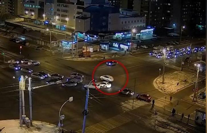 Toyota резко ускоряется через перекресток. На пешеходном светофоре — зеленый. Хотя видимость на пешехода уже открыта, водитель, судя по видео, не предпринял попыток тормозить практически до момента наезда. Но в таких случаях необходимо учитывать время реакции — примерно 0,8–1 секунды