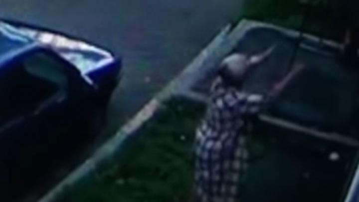 Полицейские нашли новокузнечанку, которая поймала выпавшего из окна ребенка: видео спасения