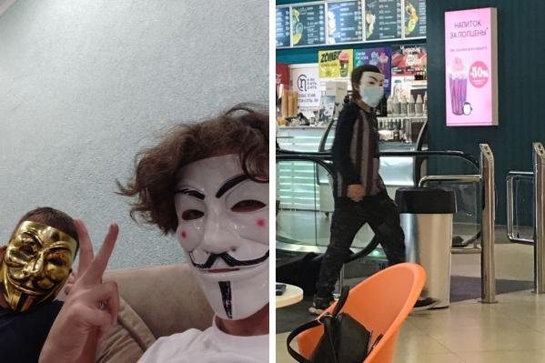 Подростки ходят по общественным местам в маске Анонимуса