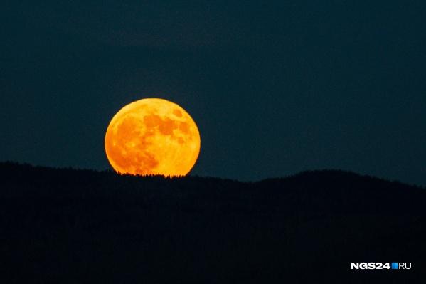 Над Красноярском в одну ночь можно было увидеть суперлуние и лунное затмение