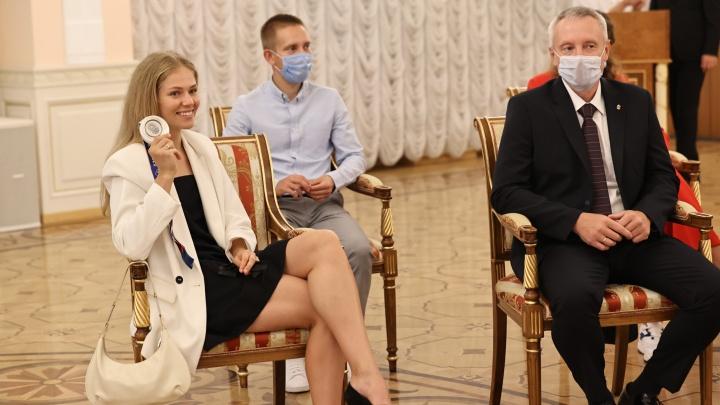 Челябинским олимпийцам подарили денежные сертификаты. Посмотрите, какие наряды они выбрали на церемонию награждения