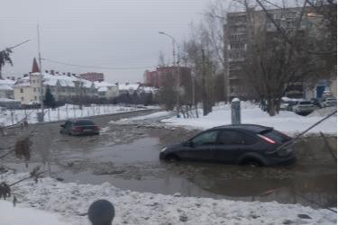 Улица у парка Маяковского превратилась в грязную реку: машины по капот в воде