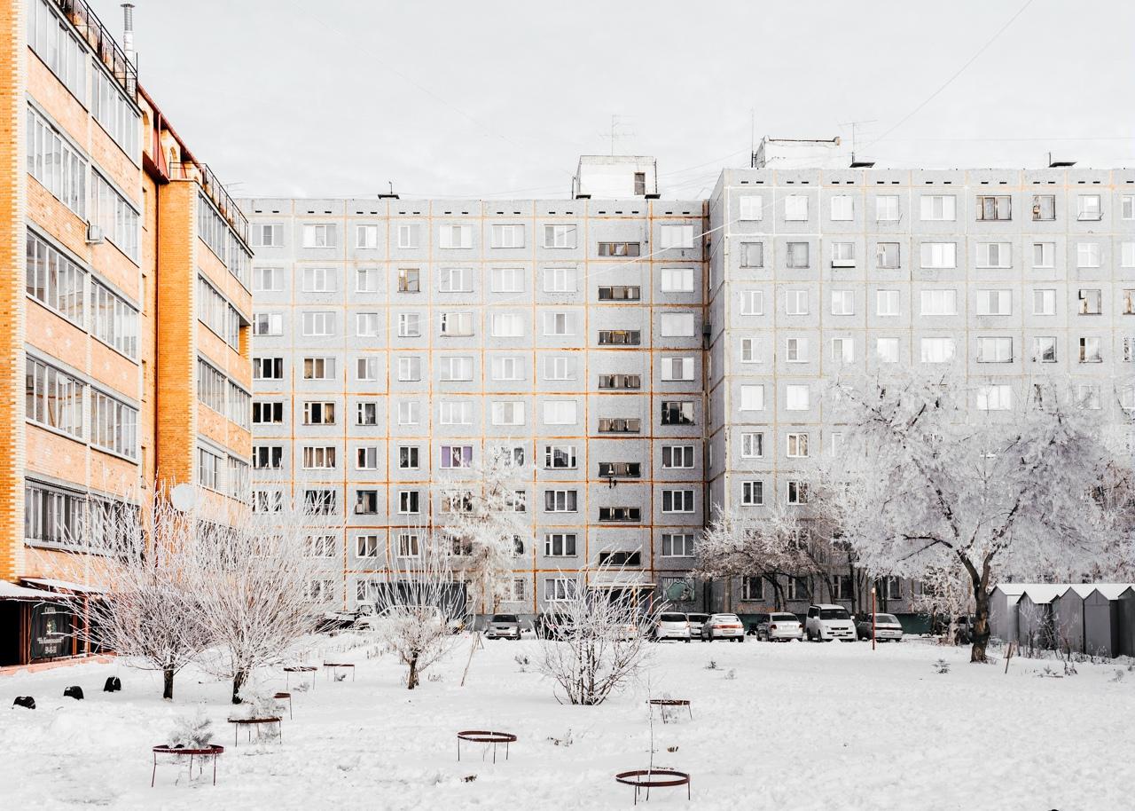 Георгий вернулся с серией фотоснимков о жизни белоснежных девятиэтажек