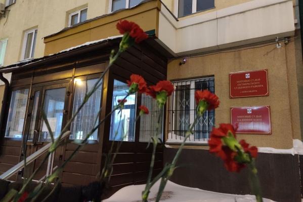 Люди принесли цветы к зданию 3 февраля