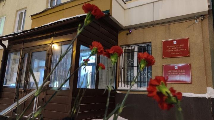 Новосибирцы принесли гвоздики к зданию суда в поддержку Навального