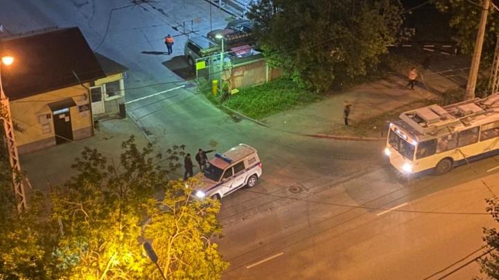 «Три амбала набросились на него и разбили голову трубой»: в Екатеринбурге сняли на видео, как избивают прохожего
