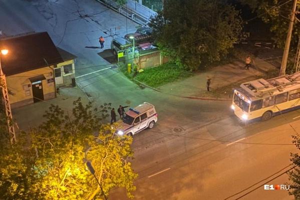 Молодого человека ударили металлической трубой по голове у входа в троллейбусное депо