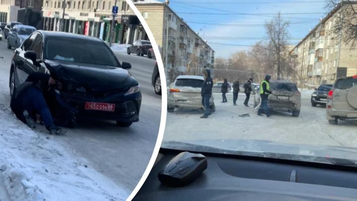 Дипломатический автомобиль попал в массовое ДТП в центре Екатеринбурга