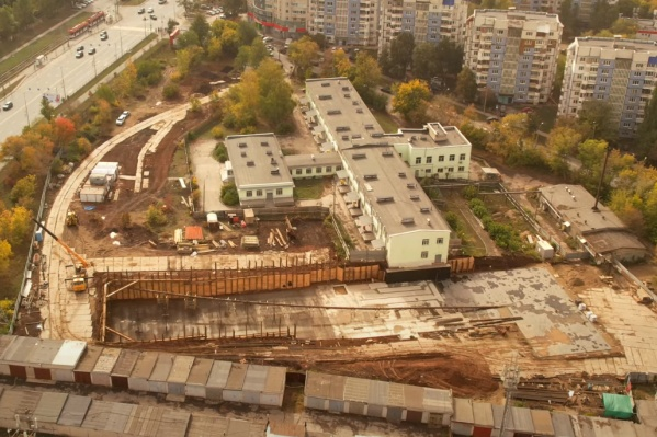Основное здание больницы сверху напоминает самолет