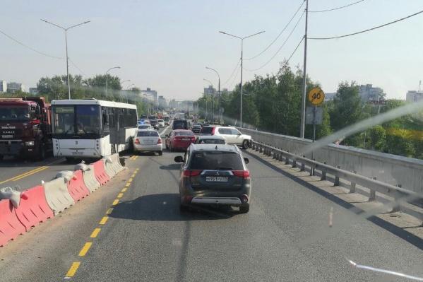Из-за аварии на мосту собралась пробка — люди в соцсетях жалуются, что приходится долго ждать проезда