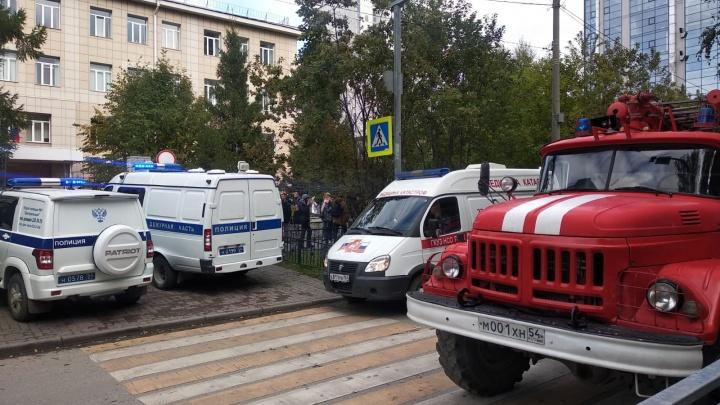 Из школы в центре Новосибирска эвакуировали учеников — на месте МЧС и полиция