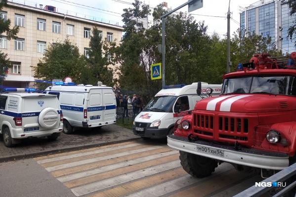 К школе приехали МЧС, полиция и медицина катастроф