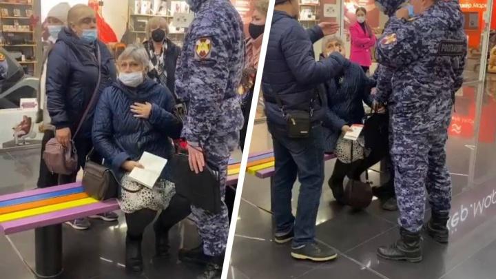 «Преступников бы так ловили!»: Росгвардия задержала пожилую женщину без маски в ТЦ