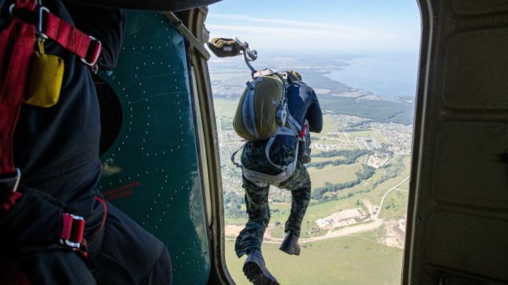 74-летняя сибирячка прыгнула с парашютом 2687 раз и учит этому других. Репортаж с аэродрома