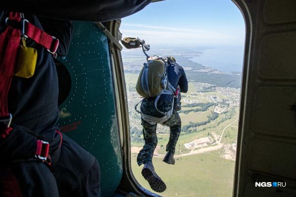 Опытные инструкторы по парашютному спорту говорят, что страх есть у всех, главное — сразу не смотреть вниз