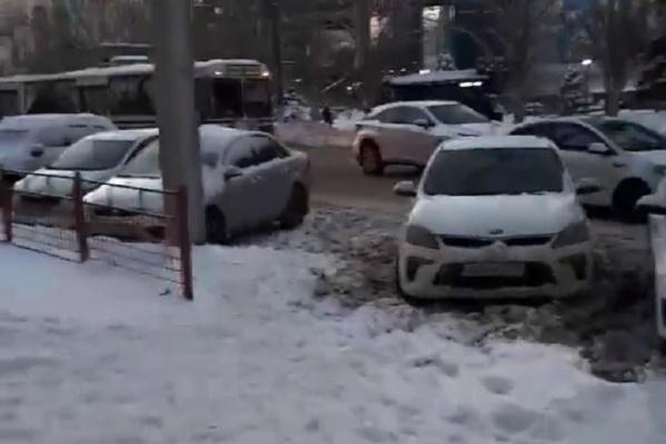 Из-за припаркованных машин дорога сужена до полутора полос