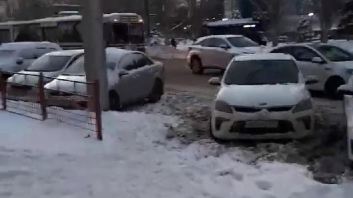Нужна трагедия, чтобы власти наконец заработали: волгоградец — об автохамах, игнорирующих правила парковки