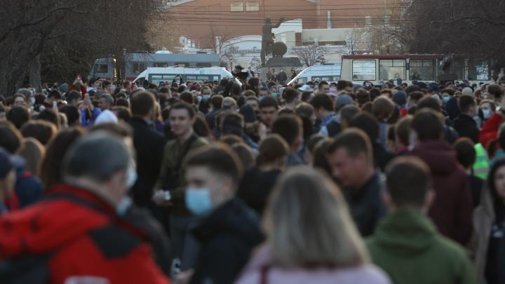 Участники несогласованной акции устроили шествие по центру Челябинска