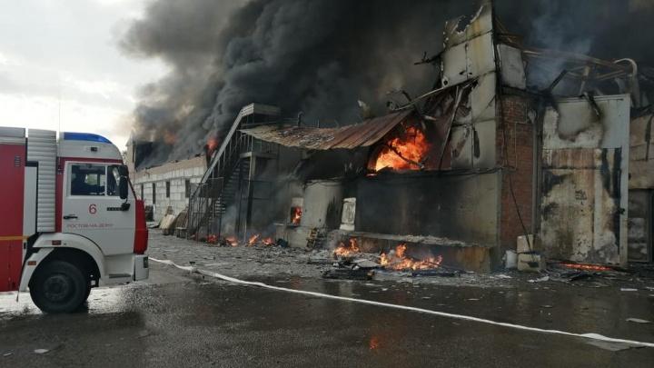 В Ростове горит склад с водой. Пожару присвоен высший ранг сложности