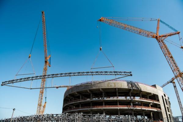 Перед началом монтажа крыши на строительной площадке устновили два огромных крана