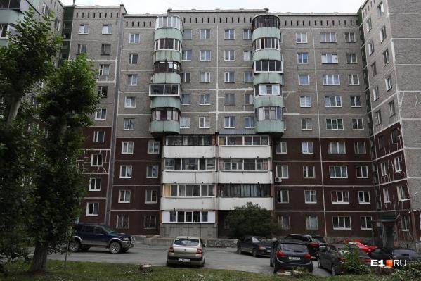 Необычная архитектура балкончиков родилась из союза двух стилей типового проектирования панелек