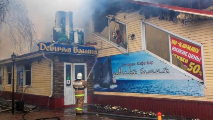 В Архангельске начали разбирать сгоревшее кафе «Девичья башня»