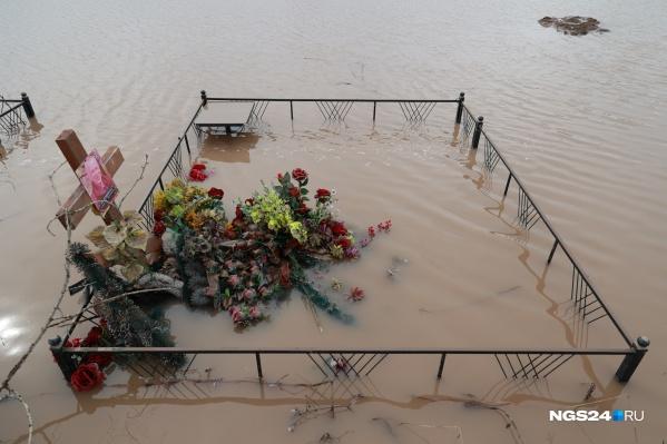 Сейчас воду вторые сутки откачивают спасатели и работники кладбища