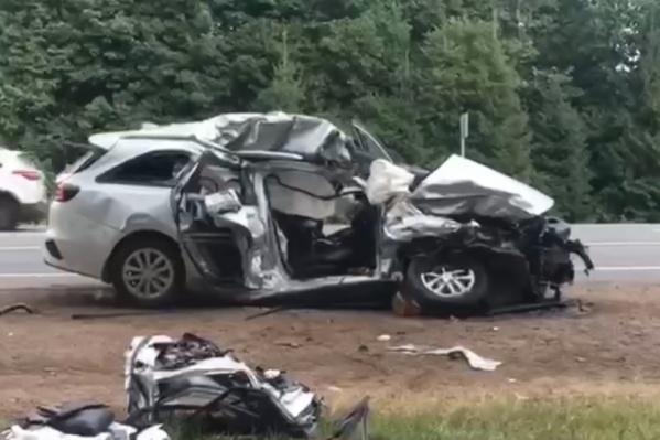 От удара легковую машину сильно повредило