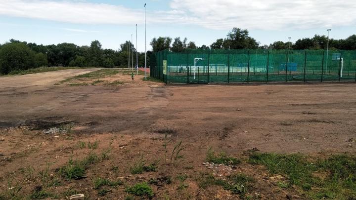 «На асфальт не хватило?»: в Рыбинске новый ФОК построили посреди грязи