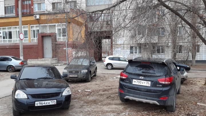 Была б возможность — в квартиру б заехал: автохамы Волгограда подпирают своими машинами двери подъездов