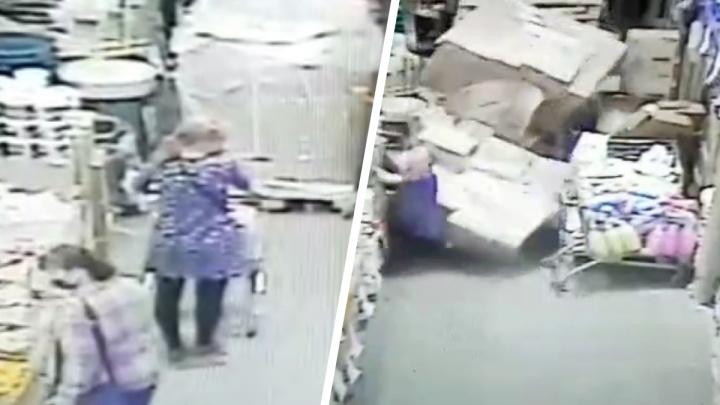 Работник «Светофора» уронил на покупательницу палету с товарами