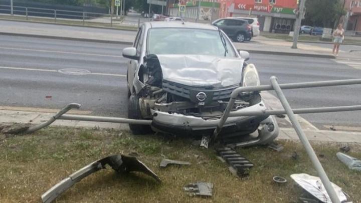На Московском шоссе «Ниссан» отбросило на пешеходное ограждение