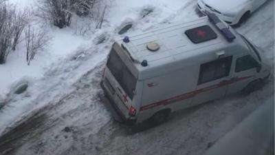 """В Архангельске скорая забуксовала во дворе из-за неубранного снега. Ее вытолкнули жильцы<nobr class=""""_"""">"""