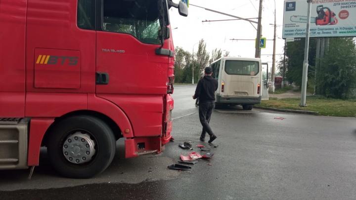 В Волгограде автовоз протаранил маршрутку, есть пострадавшие