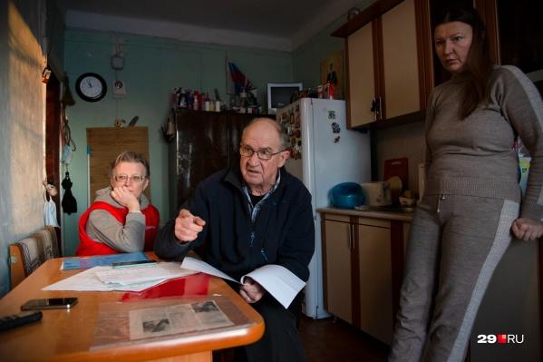 Мы побывали в гостях у семьи Ивановых, которые никак не могут дождаться переселения из неблагоустроенного жилья