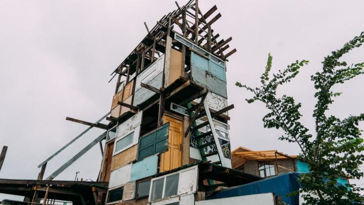 Омич построил на 7-й Северной трехэтажный дом из дверей