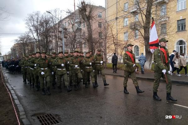 К площади Мира стягивается торжественная процессия