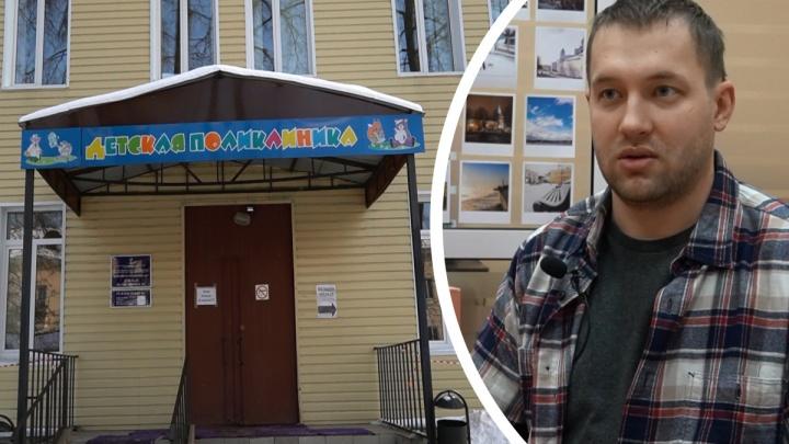 «Дочке сказал не вставать»: как ярославец скрутил неадекватного мужчину в детской поликлинике. Видео