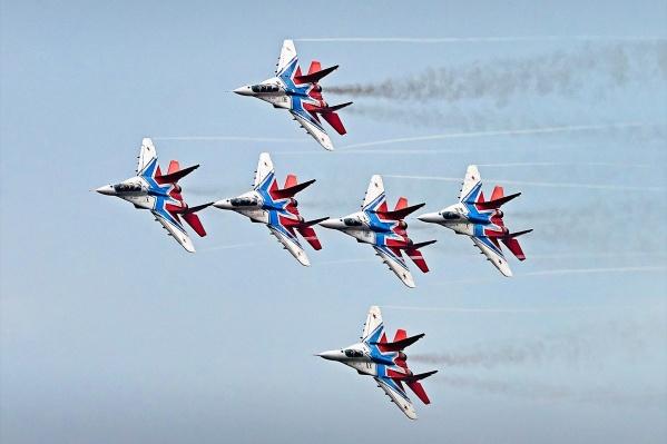«Стрижи» выполняют групповой и одиночный пилотаж на многоцелевых высокоманевренных истребителях МиГ-29