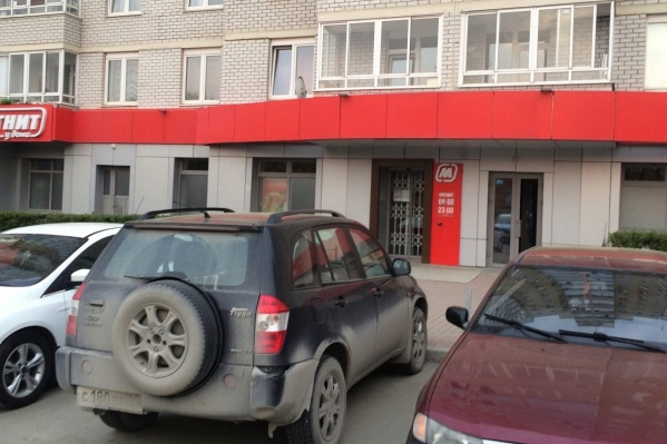 Полицейские ищут воришек, проникших в продуктовый магазин во Втузгородке