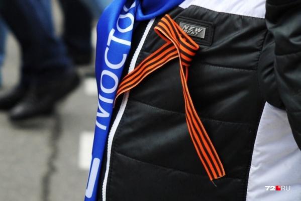 Правильно носить ленты — на груди (ближе к сердцу). Завязывать их на автомобильные зеркала или сумки — считается дурным тоном