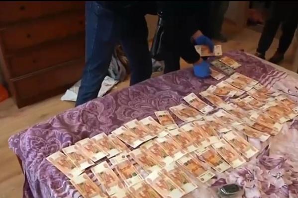 В ходе обысков нашли более двух миллионов рублей. Один из обвиняемых оказался ценителем дорогих аксессуаров. У него изъяли коллекцию часов