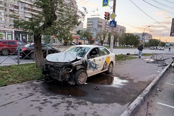 Водитель снес пешеходное ограждение, а затем сбил трех человек, стоявших у светофора