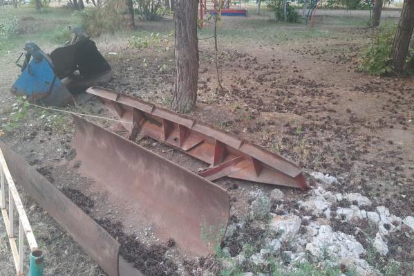 Активисты обнаружили на площадке не только мусор, но и запчасти от трактора